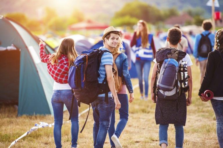 Jongeren kamperen op festival